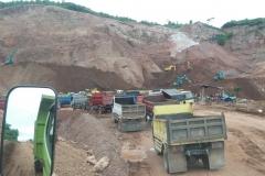 alat-berat-yang-mengangkut-dan-mengeruk-bahan-emas-di-gunung-Poboya (4)