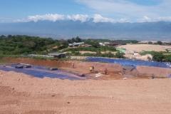 pekerja-sedang-membenahi-kolam-perendaman-untuk-pemurnian-bahan-emas-di-gunung-Poboya (4)